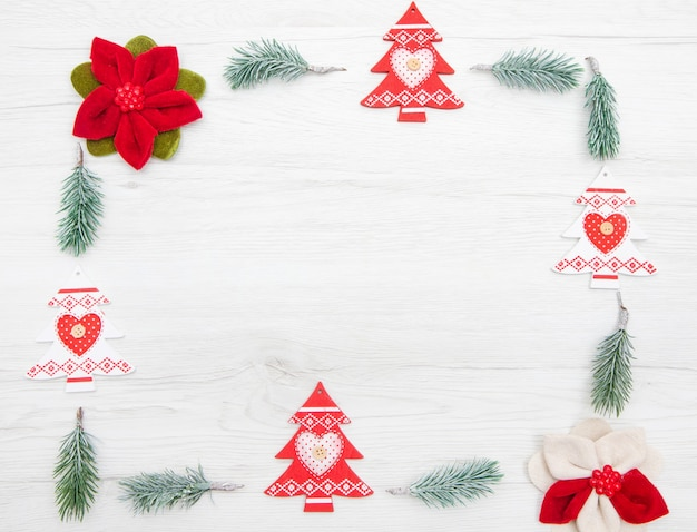 Decorazione natalizia con albero e rami di abete su bianco