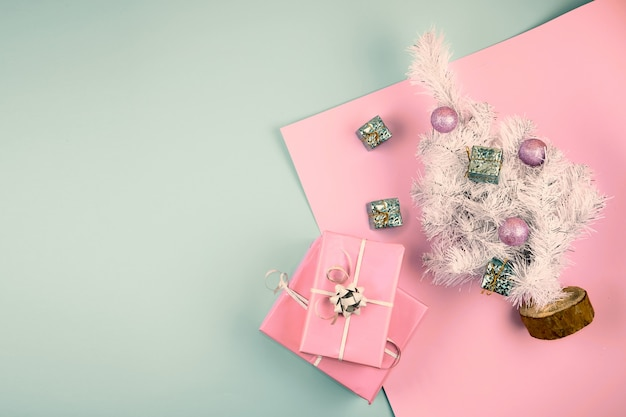 Decorazioni natalizie con albero giocattolo e scatole regalo o regalo. copyspace