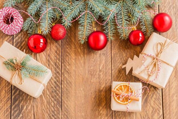 Decorazione di natale su fondo di legno. scatole regalo, palline. modello di biglietto di auguri di capodanno.