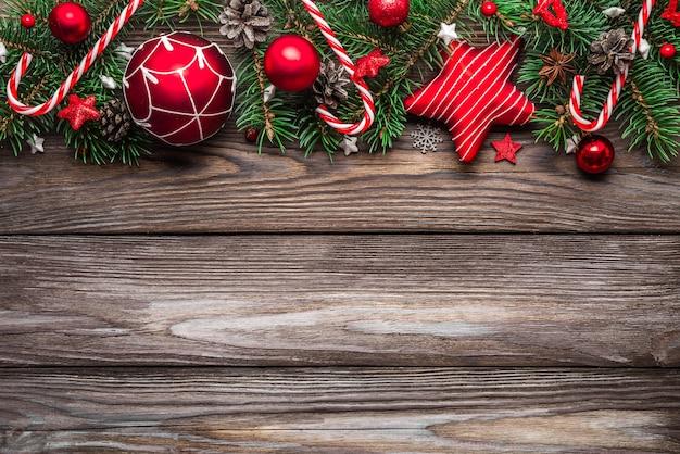 Decorazione di natale sulla tavola di legno. sfondo di natale o felice anno nuovo. vista dall'alto. laici piatta