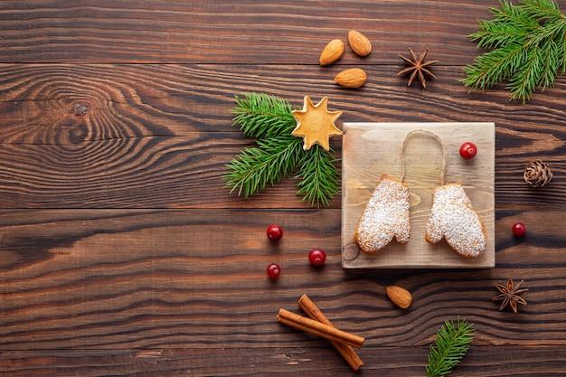 Decorazioni natalizie e biscotti aromatici o pan di zenzero su legno