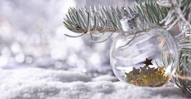 Banner di decorazioni natalizie. ramo di abete innevato con bokeh di luci di natale. sfondo panoramico. composizione di natale. vacanze di capodanno 2020
