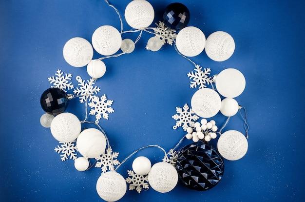 Decorazioni natalizie baubles rami di abete su modello blu vacanza invernale mockup concept