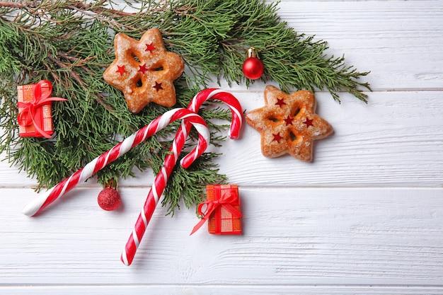 Decorazioni natalizie e caramelle sulla tavola di legno bianca