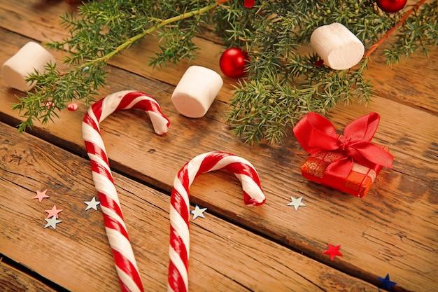Decorazioni natalizie e caramelle su fondo in legno