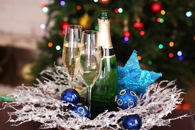 Decorazioni natalizie e bottiglia e bicchieri di champagne