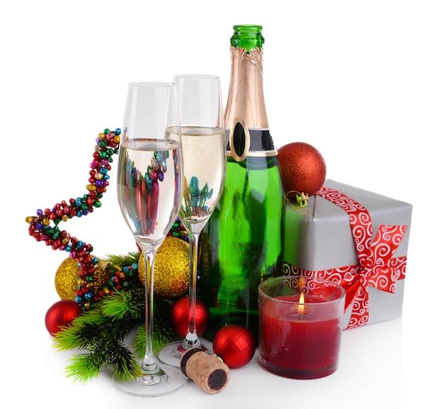Decorazioni natalizie e champagne isolati su bianco