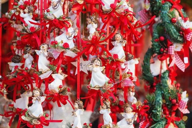 Decorazioni natalizie in un mercatino di natale.