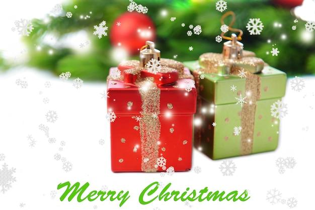 Decorazioni natalizie, ramo di albero di natale, isolato su bianco