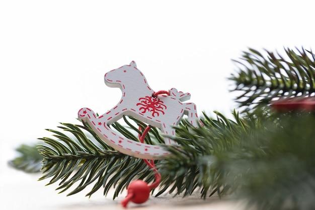 Primo piano delle decorazioni natalizie su un albero di natale