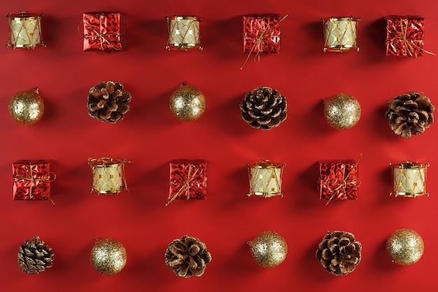 Decorazioni natalizie sul modello di albero di natale su uno sfondo rosso
