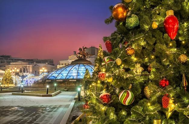 Decorazioni natalizie sugli alberi di natale in piazza manezhnaya a mosca