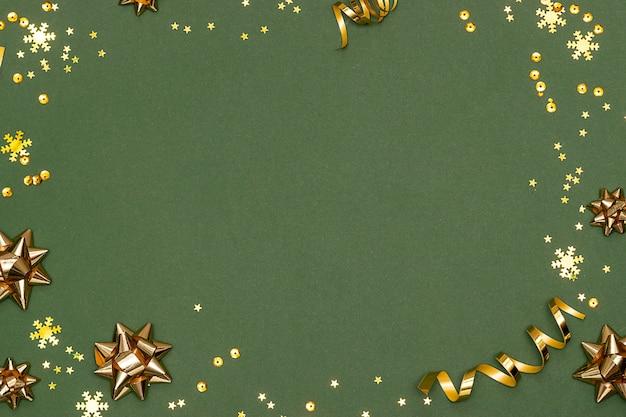 Decorazioni natalizie e coriandoli con copia spazio