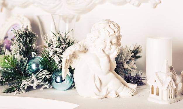 Decorazioni natalizie. angeli di natale con le palle di natale