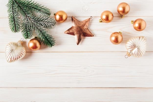 Decorazioni natalizie, ramo di abete con palle di natale