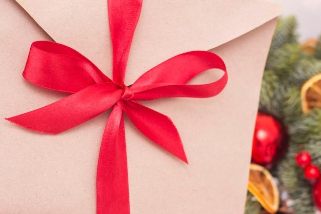 Addobbi natalizi, rami di abete, busta con nastro rosso