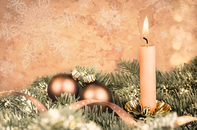 Decorazioni natalizie, ramoscelli di abete, palline, candela accesa, copia-spazio
