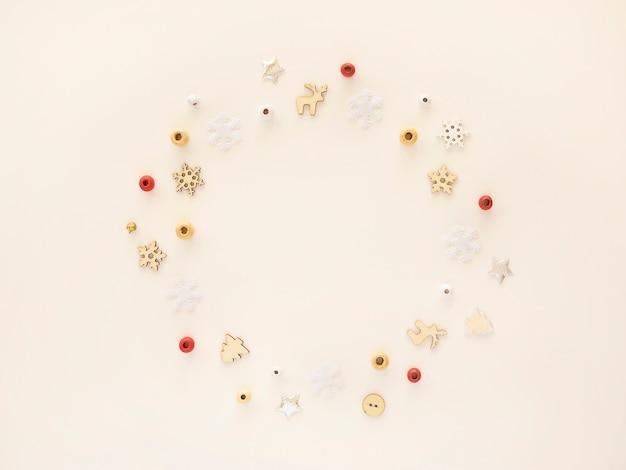 Cornice piatta di decorazioni natalizie, bordo di forma rotonda con spazio di copia