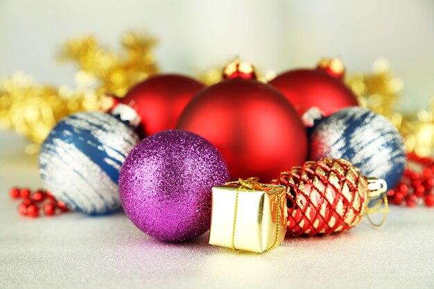 Decorazioni natalizie su sfondo grigio