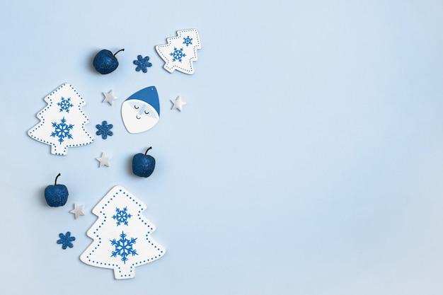 Decorazioni natalizie isolate sull'azzurro