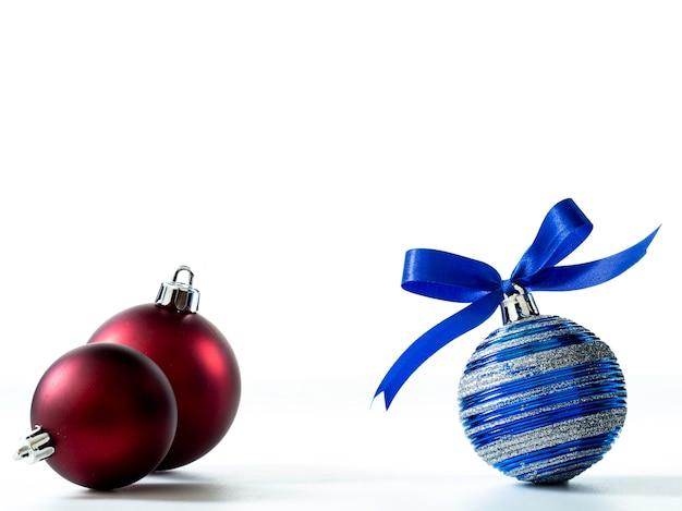 Decorazioni natalizie isolato su sfondo bianco