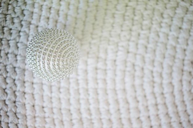 Decorazioni natalizie su sfondo di lana lavorata a maglia