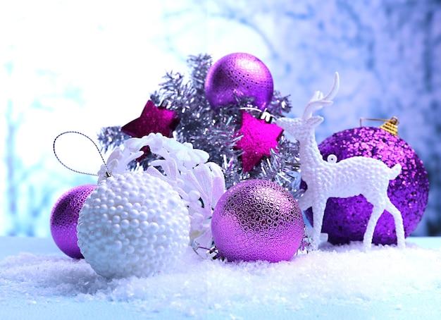 Decorazioni natalizie su sfondo chiaro
