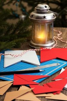 Decorazioni natalizie. fare ghirlande di bandiere. materiali e strumenti