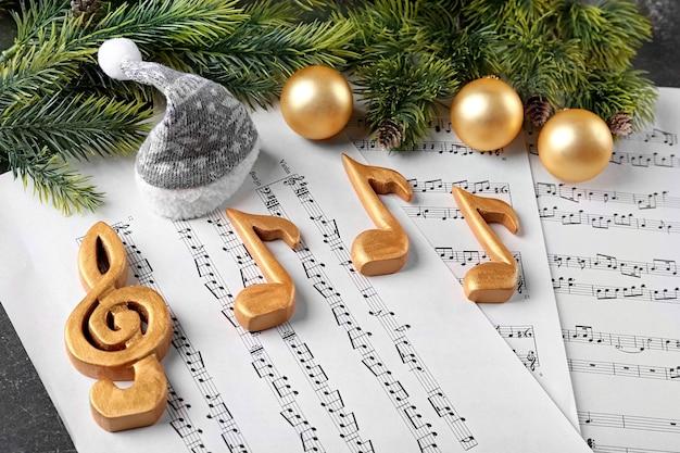 Decorazioni natalizie su spartiti musicali