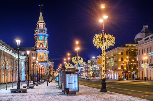 Decorazioni natalizie sulla prospettiva nevsky a san pietroburgo in una notte d'inverno
