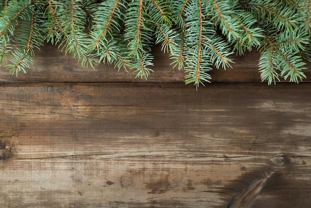 Decorazioni natalizie su vecchie tavole scure.