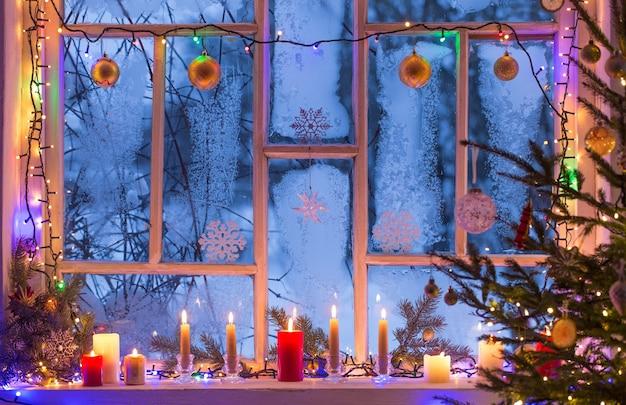 Decorazioni natalizie sulla vecchia finestra in legno