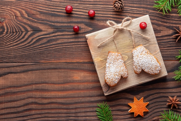 Decorazioni natalizie o regalo fatto di biscotti collegati con spago su legno