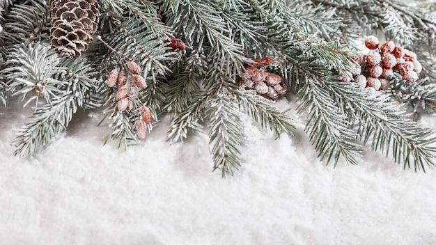Decorazioni natalizie sulla neve con copia spazio