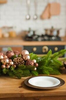 Decorazioni natalizie sul tavolo