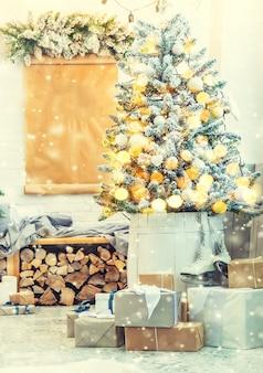 Decorazioni natalizie sull'albero. vacanza. messa a fuoco selettiva. capodanno.