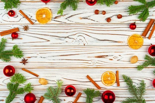 Decorazioni di natale su fondo di legno bianco con lo spazio della copia