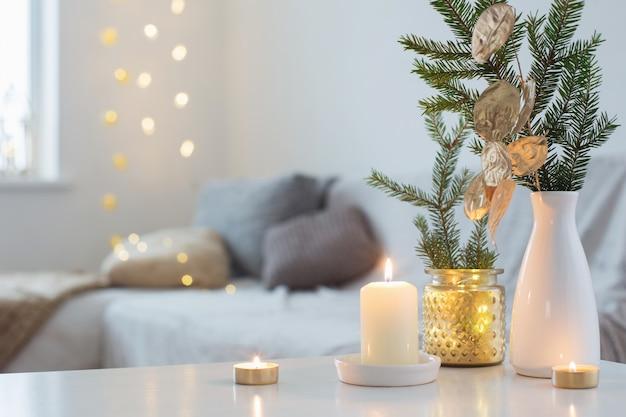 Decorazioni natalizie con candele accese all'interno bianco