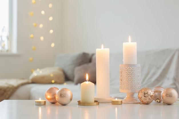 Decorazioni natalizie con candele a casa
