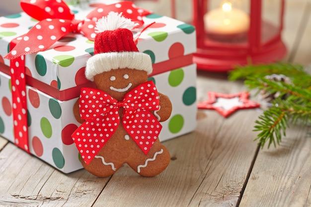 Addobbi natalizi con omino di marzapane e confezione regalo
