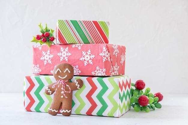 Addobbi natalizi con omini di pan di zenzero e confezione regalo