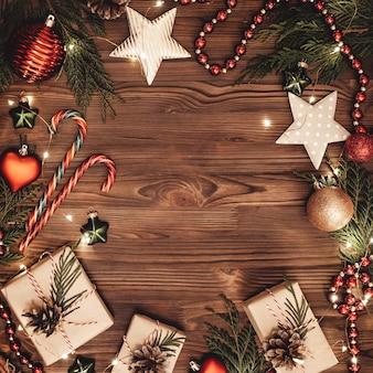 Decorazioni natalizie sulla tavola di legno. vista dall'alto