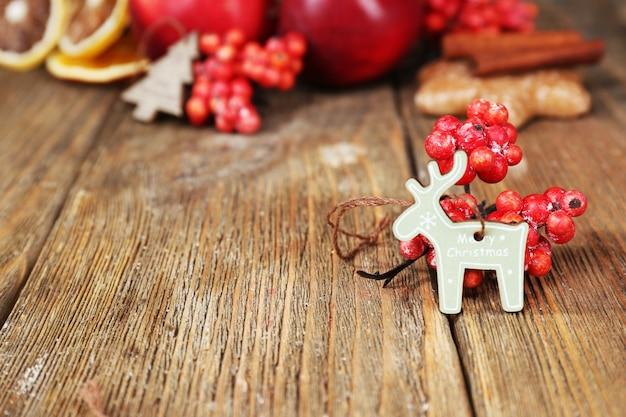 Decorazioni natalizie su tavola di legno