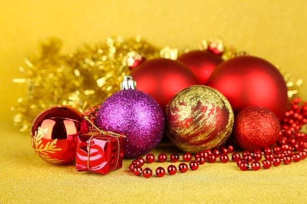 Decorazioni natalizie su sfondo giallo