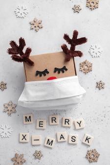 Confezione regalo cervo natalizio con mascherina medica.
