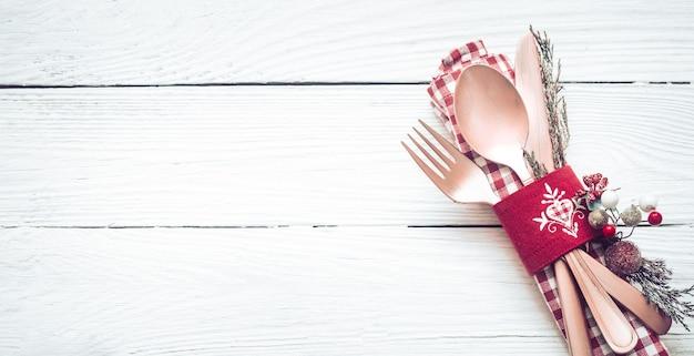 Posate belle cena di natale con decorazioni su un fondo di legno bianco