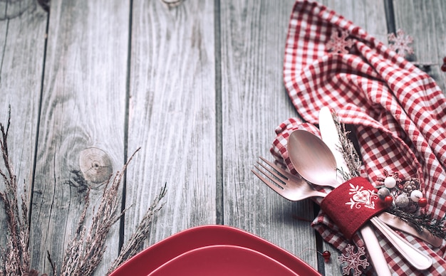 Posate cena di natale con decorazioni su uno sfondo di legno