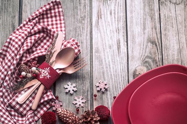 Posate di cena di natale con decorazioni su un tavolo di legno Foto Premium
