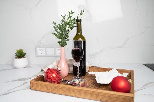 Cena di natale servita su vassoio in legno. vino, formaggio, addobbi natalizi. foto di alta qualità