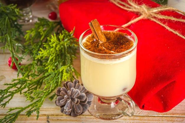 Bevanda natalizia in un'accogliente casa in legno con decorazioni natalizie